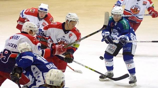 Velká naděje. Útočník Jakub Matušík (ve světlém vpravo), který část loňské sezony strávil v Havlíčkově Brodě, by měl podle sportovního ředitele Třebíče nahradit Jiřího Olivu.