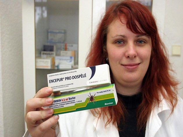Vakcíny. Očkovací látky máme, mohla by říct lékárnice na snímku, pořízeném v jedné z jihlavských lékáren.