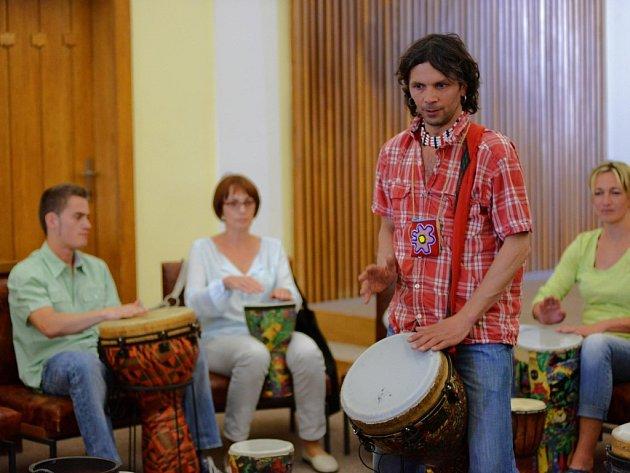 Bubnování s Petrem Šušorem.