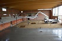 Vnitřek sportovní haly ve Světlé už dělníci vylili betonem.