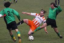 Fotbalisté Havlíčkovy Borové (v pruhovaném Tomáš Blažek vsouboji s Miloslavem Kozlíkem) vyhráli doma prestižní utkání nad Tisem 1:0.
