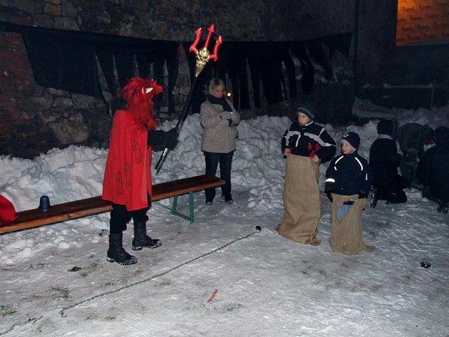 Pekelný předmikulášovský večer s různými hrami a soutěžemi prožili návštěvníci hradu nad řekou Sázavou.