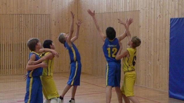 Basketbaloví starší minižáci (ve světlém zleva Tomáš Duben a Jakub Jokl) vyhráli nad mistryněmi republiky z loňské sezony o bod.