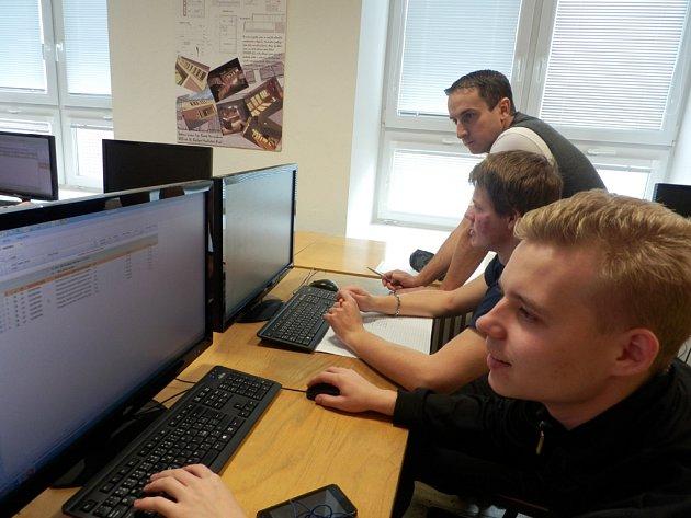 Žáci 4. ročníku Filip Kruml a Jan Kučírek při rozpočtování v programu euroCALC.