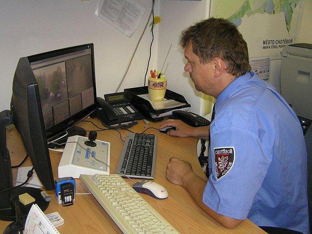 Ředitel Městské policie v Chotěboři Jiří Novotný má díky kamerám na monitoru počítače centrum města doslova jako na dlani.