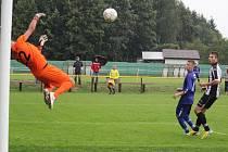 Po bodu. To sahal Ždírec v 85. minutě zápasu, kdy se gólman Kučírek (na snímku) marně natahoval po míči po hlavičce Štukhejla. Brodský gólman měl štěstí, že míč orazítkoval břevno.