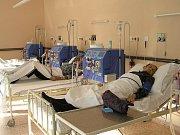 Na dialýzu jezdí pacienti s nemocnými ledvinami i několikrát týdně.