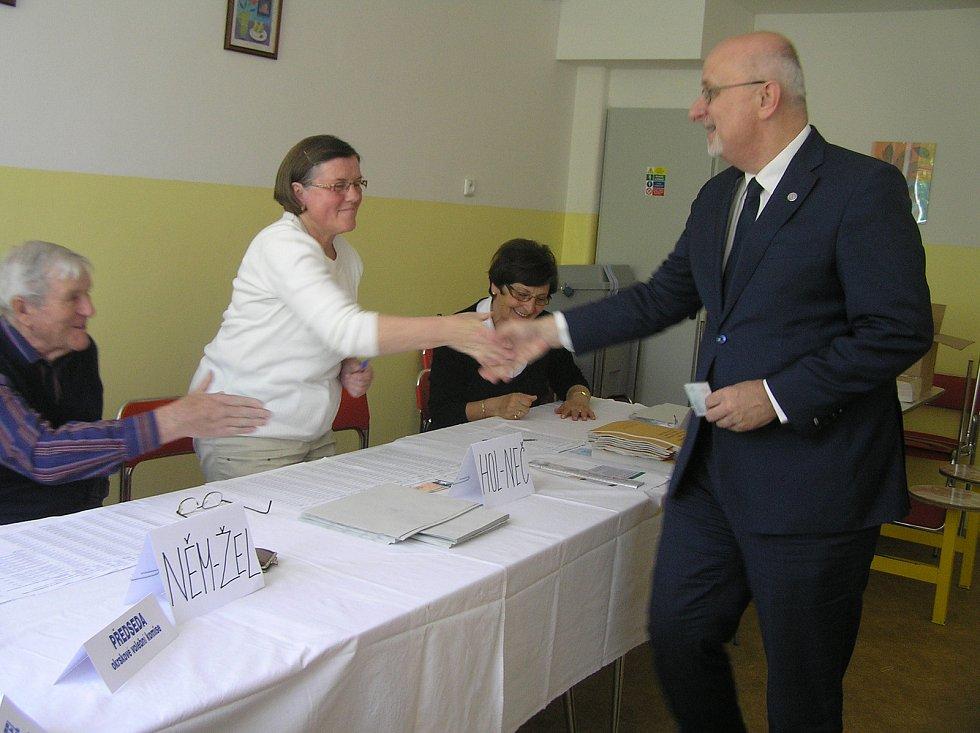 Volební komise v Základní škole kole V Sadech s velkou účastí voličů nepočítá. Mezi prvními přišel brodský starosta a senátor Jan Tecl.