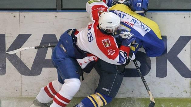 Výhra a prohra. Havlíčkobrodští hokejoví junioři (ve světlém) v dalších zápasech první ligy byli úspěšní jen na padesát procent. Zatímco Prostějov přehráli, ve Frýdku–Místku nedokázali najít na domácí hráče recept.