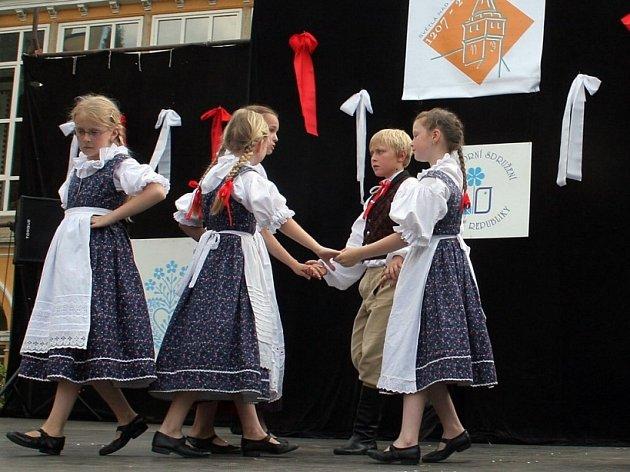 Rej barev. Tak vypadal celý sobotní den ve Světlé nad Sázavou, kde se konal již šestý ročník velkého folklorního festivalu Horácko zpívá a tančí.