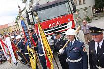 Slavnostní bylo uvítání dvou nových požárních automobilů na zaplněném náměstí v Přibyslavi. Cisternám bylo požehnáno pod hasičskými prapory městského sboru i okolních obcí.