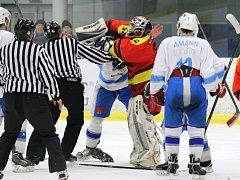 Bitku jako z NHL ve třetím zápase play-off mezi Světlou a Poličkou (6:4) předvedl světelský Josef Štros a gólman Poličky Petr Opršal, který loňskou sezonu působil v dresu brodských Rebelů.