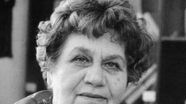 Fotografie zobrazuje spisovatelku a filmovou scénaristku Jaromíru Kolárovou na sklonku jejího života.