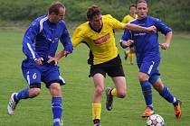 Kdyby se ve fotbale počítaly kanadské body, nasbíral by Luboš Dvořák (uprostřed) v uplynulém zápase se Ždírcem hned čtyři. Talentovaný mladík dvě branky dal a na dvě přihrál.