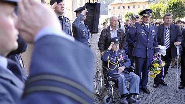 Válečného letce RAF Bohumíra Fürsta-Fiřta od soboty v Ledči připomíná pamětní deska. Akce se zúčastnil i velitel vzdušných sil Libor Štefánik (vpravo), uprostřed válečný veterán Imrich Gablech, držitel Řádu bílého lva, který letos oslaví 100 let.