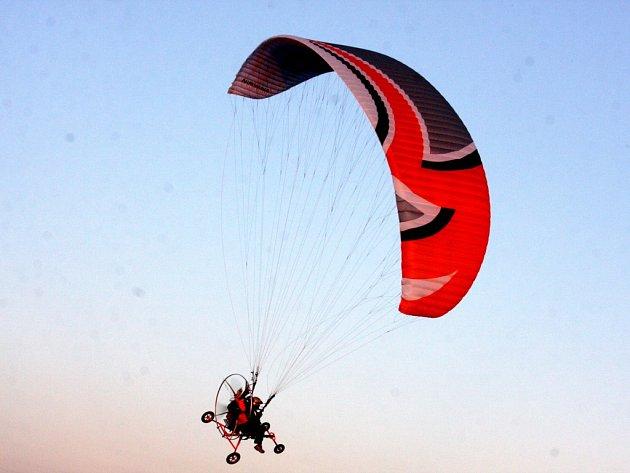 Letec je pod paraglidingovým křídlem zavěšen s krosnou, ve které má dvoutaktní motor o obsahu 200 cm3 a síle 30 koní. Nad Přibyslavskem při otevřeném mistrovství celý týden létalo dvaatřicet kluzáků.