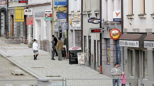Dolní ulice v Havlíčkově Brodě prošla důkladnou rekonstrukcí. Širší chodníky a nový způsob jízdy budou moci otestovat lidé už v úterý.