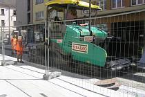 V brodské Dolní už dělníci lijí asfalt, ulice se otevře prvního srpna.
