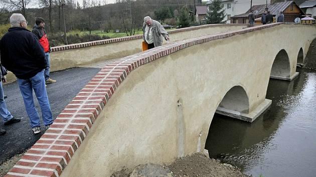 Je hotovo. Příběh historického mostu v Ronově má šťastný konec. Ve čtvrtek se uskutečnila jeho kolaudace.