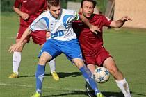 Prvního domácího vítětství se dočkali fotbalisté Pohledu (v bílém), kteří v předehrávaném jarním kole porazili Věžnici 2:0.