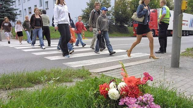 Tragédii, která se stala před dvěma lety, chodcům i řidičům neustále připomínají květiny. Od té doby se však už na přechodu některé věci změnily.