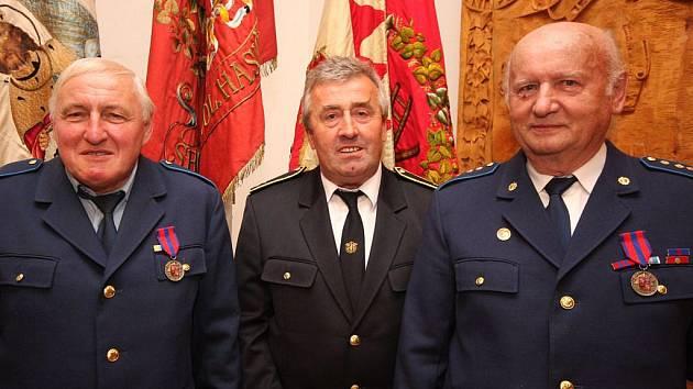 V zámku v Přibyslavi převzalo nejvyšší spolkové vyznamenání - titul Zasloužilý hasič - přes 50 dobrovolných hasičů. Byli mezi nimi i 66letý býv. velitel sboru v Kojetíně Josef Šrámek (vlevo) a 77letý čestný starosta SDH Hněvkovice Ladislav Tomek (vpravo).