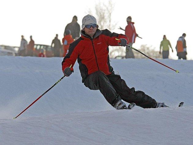 Na lyžování si vyznavači tohoto sportu budou muset na Vysoké ještě počkat. Podle předsedy občanského sdružení Aleše Kadlece nedovoluje počasí k zasněžení sjezdovky umělým sněhem. Ilustrační foto