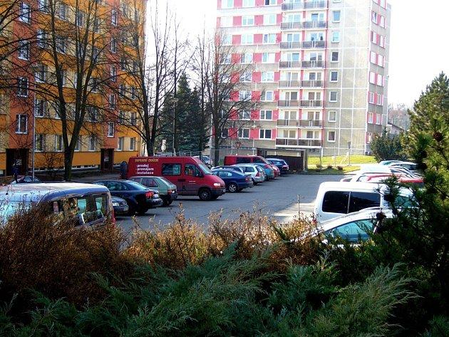 Parkoviště před panelovými domy v Husově ulici už je minulostí. Na tomto místě vyroste parkovací dům se 78 parkovacími místy. Město Havlíčkův Brod za něj zaplatí zhruba sedmnáct milionů korun.