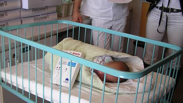 Monitor ohlídá nepravidelnost dechu dítěte a způstí alarm.