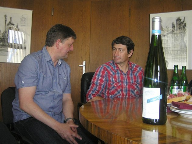 Francouzský vinař Laurent Vehrlé (vpravo) představil na havlíčkobrodské radnici svoje víno, pro které použil označení Pinot Gris HB.