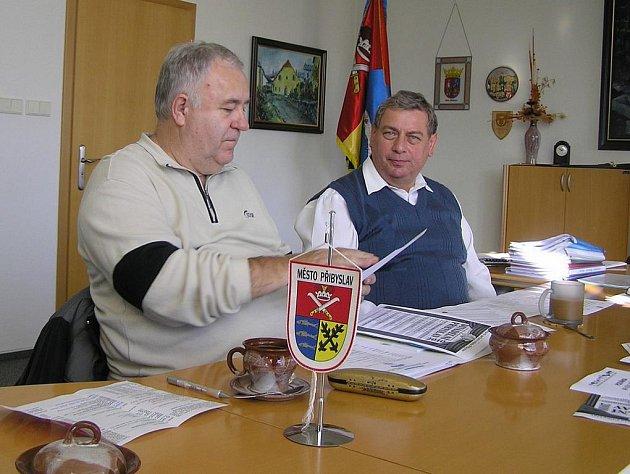 Podle ředitele festivalu Václava Paulíka (vlevo) se šachistům v Přibyslavi líbí.