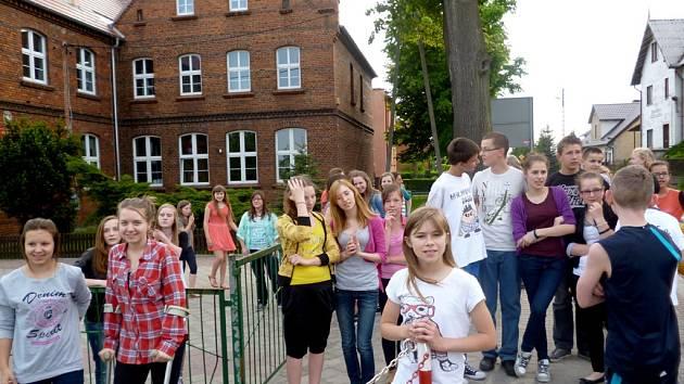 Přivítání. Na školáky z Havlíčkovy Borové v Jerce už čekali polští kamarádi. Jejich škola byla postavena ve stylu pruské architektury, pálené cihly nemají omítku.