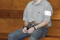 Bývalý zdravotník si odpykává trest doživotního vězení. Na snímku je u jednoho ze soudních líčení.