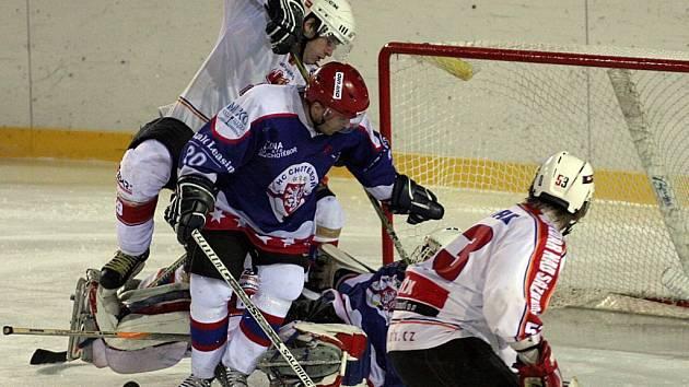 Chotěbořské hokejisty (v modrém) vedl sice v Chocni jiný trenér, ale ani Zdeněk Drahoš nedokázal napomoci k vítězství.