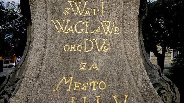 Čeština do 15. století používala pravopis spřežkový. Jan Hus zdvojené hlásky odstranil a zavedl diakritická znaménka, tzv. nabodeníčka. Neznámý sochař v Přibyslavi ještě téměř 340 let po Husově reformě tesal postaru.