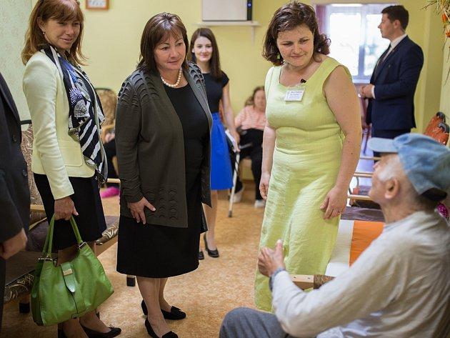 Ivana Zemanová (na snímku druhá zleva) pohovořila v domově pro seniory v Břevnici u Havlíčkova Brodu s lidmi s Alzheimerovou chorobou.