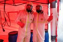 Závažnou situaci v Domově se zvláštním režimem v Břevnici u Havlíčkova Brodu, kde se o víkendu potvrdila nákaza nemocí Covid-19 u dvaceti seniorů a devíti zdravotníků, pomáhají od úterý zvládat hasiči.