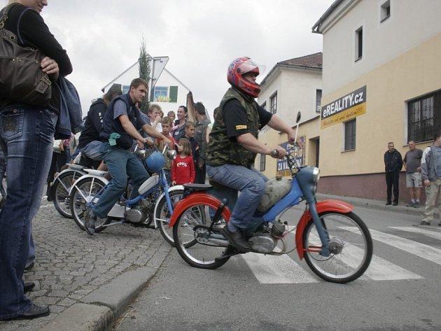 Několik desítek nadšených majitelů klasického mopedu se v sobotu shromáždilo na světelském náměstí.