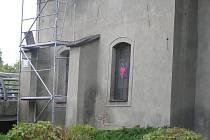 Opravy kostela svaté Kateřiny pokračují. Dárci mohou přispět do sbírky na opravu třeba v lahůdkářství Anny Zounkové.