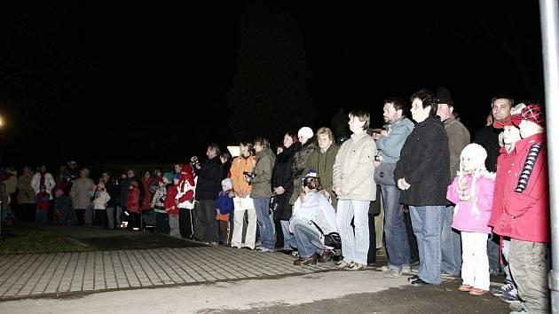 I když bylo venku mrazivé počasí, na náměstí se shromáždili lidé, kteří měli možnost shlédnout různá vystoupení žáků a předškoláků.