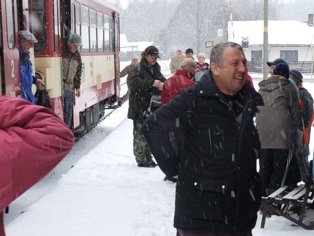 """Na nádraží v Bílku se spojily skupinky turistů, kteří dorazili na """"shromaždiště"""" pěšky, a těch dorazivších z větší dálky vlakem. Různými cestami všichni vyrazili k Chotěboři."""