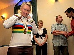 Před třemi roky se z Minsku vracela Jarmila Machačová (v pozadí oba její rodiče) se zlatou medailí v bodovacím závodě. Tentokrát na olympijském velodromu v Londýně skončila devátá. Světelská dráhařka však už teď spřádá plány na další rok.