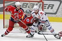 Pro prvoligové hokejisty Havlíčkova Brodu (v červeném zleva Petr Polodna a Jaroslav Suchan) skončila letošní sezona ve čtvrtfinále, kde padli s Chomutovem 1:4 na zápasy. Celkově obsadili ve druhé nejvyšší hokejové soutěži sedmé místo.