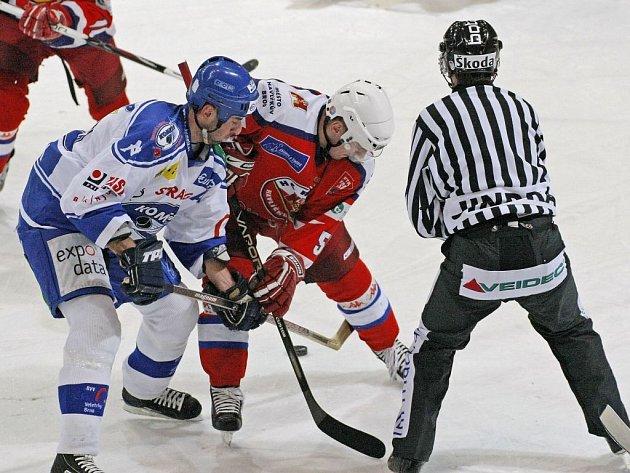 Útočník Havlíčkova Brodu Vladislav Kubeš (v červeném) se sice podílel na všech třech brankách svého týmu proti Vrchlabí, ale na prolomení série porážek to nestačilo.