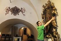 Velká výstava představí návštěvníkům na sto padesát exponátů. Na snímku připravuje historické obrazy Michal Kamp z muzea.