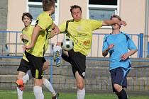 Dokázali to. Fotbalisté brodského béčka (ve světlém) se nevídaným finišem v závěru sezony dokázali zachránit v I. A třídě. V posledních sedmi zápasech získali plný počet bodů.