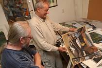 Třiašedesátiletý akademický malíř Josef Saska zajel do Havlíčkovy Borové, kde žije a tvoří devětapadesátiletý výtvarník Filip T.A.K. (v popředí).