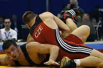 Medaile už je blízko. Marek Švec (v červeném) zápasí na mistrovství světa v Baku s Italem Diagorem Timoncinim. Český borec byl nakonec úspěšnější a pověsil si na krk bronzovou medaili.