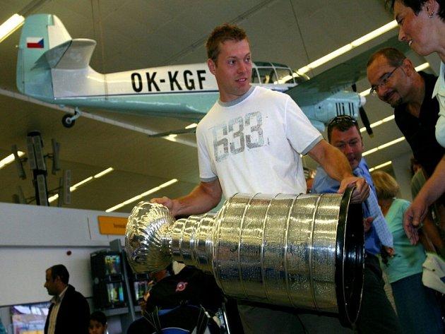 Broďák Pepa Vašíček, který s Carolinou loni vyhrál slavný Stanley Cup, si bude pro příští sezónu hledat nové působiště.
