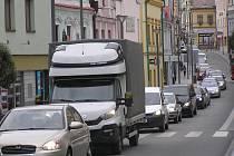 Semafory na Masarykově ulici nejdou. Řidiči si chtěli zkrátit cestu přes město. Ale takový nápad dostali v dané chvíli všichni a takhle to dopadlo.